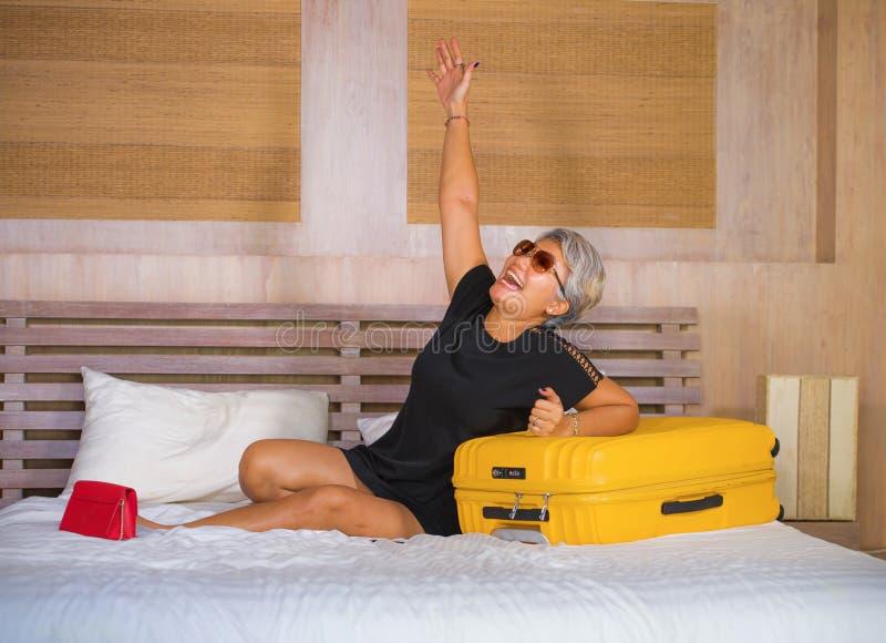 Retrato natural de la forma de vida de 40s feliz y atractivo a la mujer turística asiática madura 50s con el pelo gris que llega  fotos de archivo libres de regalías