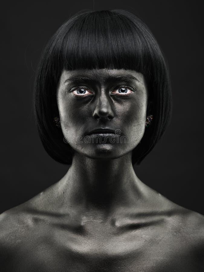Retrato natural de uma menina bonita de pele escura Beleza preta foto de stock