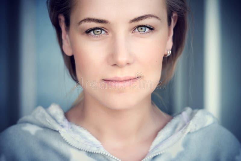 Retrato natural de uma mulher bonita foto de stock