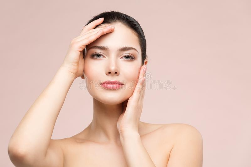 Retrato natural del maquillaje de la belleza de la mujer, modelo de moda Touching Face por las manos, cuidado de piel hermoso de  fotos de archivo libres de regalías