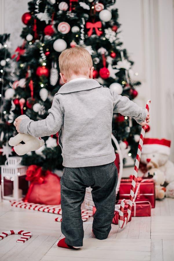 Retrato navideño de un joven y acogedor ambiente alrededor de la chimenea y el árbol de Navidad fotografía de archivo