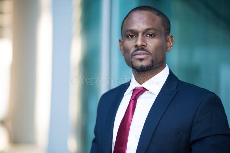 Retrato negro hermoso del hombre de negocios fotos de archivo