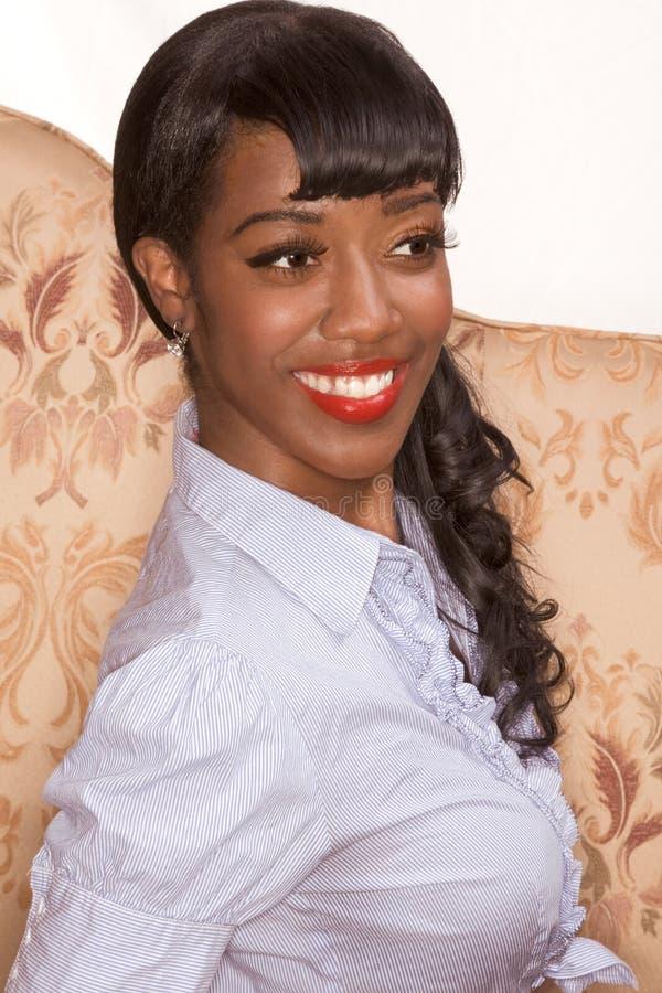 Retrato negro sonriente de la muchacha en estilo retro foto de archivo