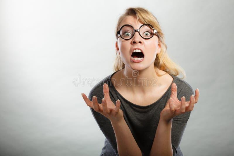Retrato nervoso irritado da mulher foto de stock royalty free