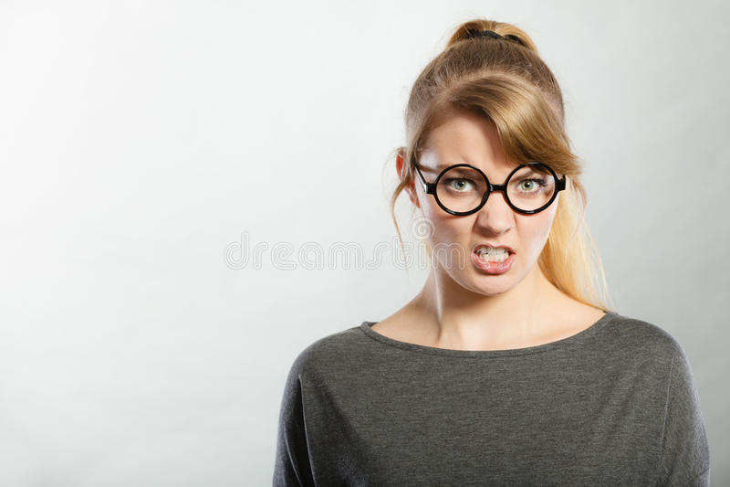 Retrato nervoso irritado da mulher foto de stock