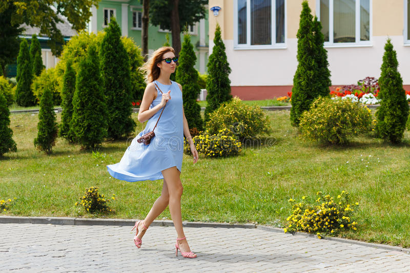 Retrato no crescimento completo, mulher loura escura bonita nova fotografia de stock royalty free