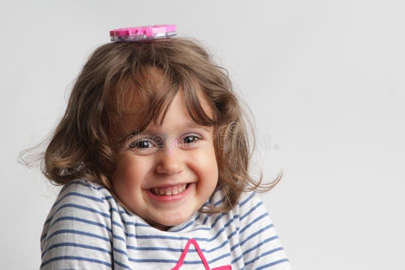 Retrato no fundo branco de um jogo da menina das pessoas de 3-4 anos fotos de stock