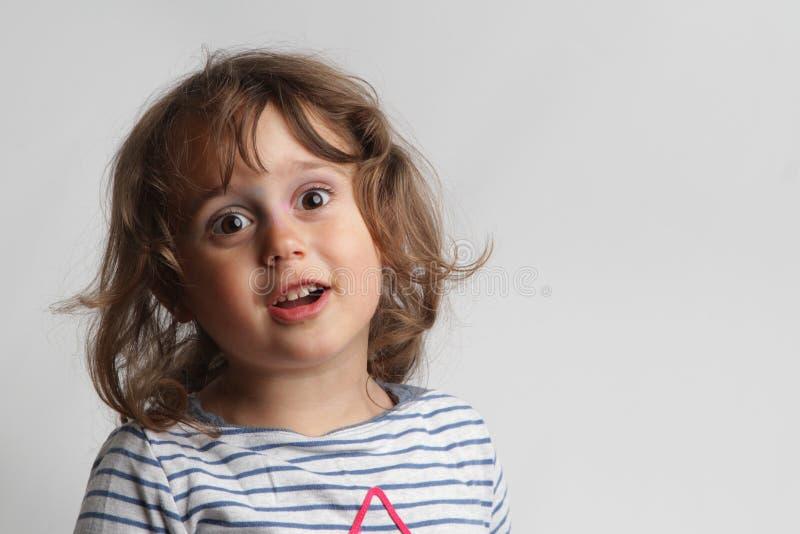 Retrato no fundo branco de uma menina das pessoas de 3-4 anos que joga e que ri imagem de stock royalty free