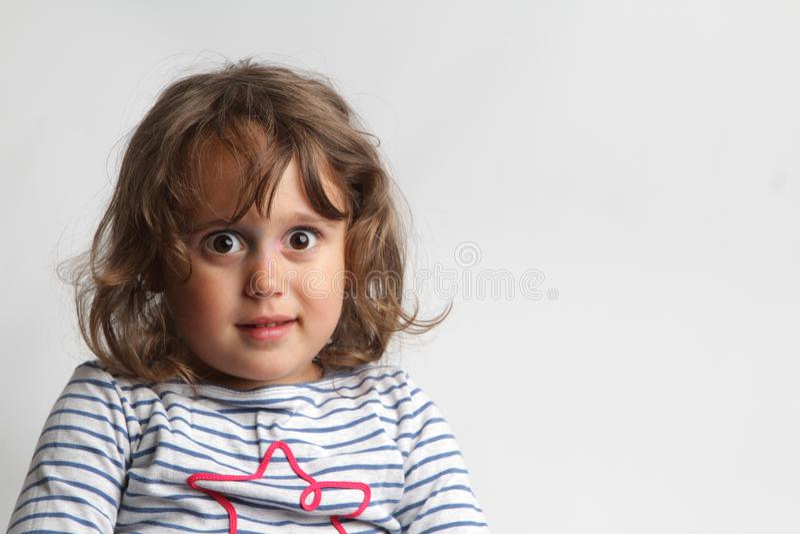 Retrato no fundo branco de uma menina das pessoas de 3-4 anos que joga e que ri fotografia de stock royalty free