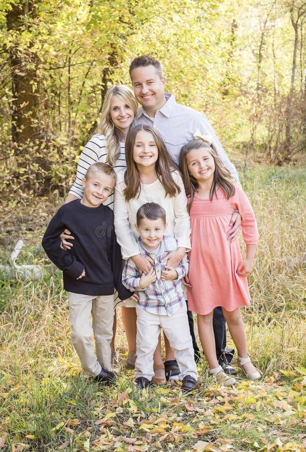 Retrato novo bonito da família com cores da queda no fundo fotografia de stock royalty free