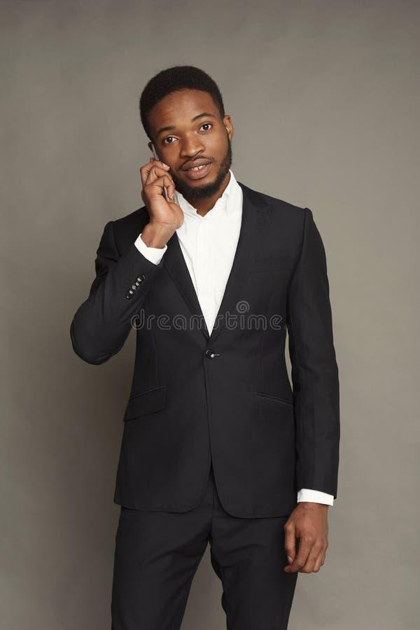 Retrato novo considerável do homem negro no fundo do estúdio imagem de stock