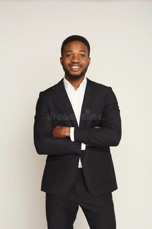 Retrato novo considerável do homem negro no fundo do estúdio imagens de stock