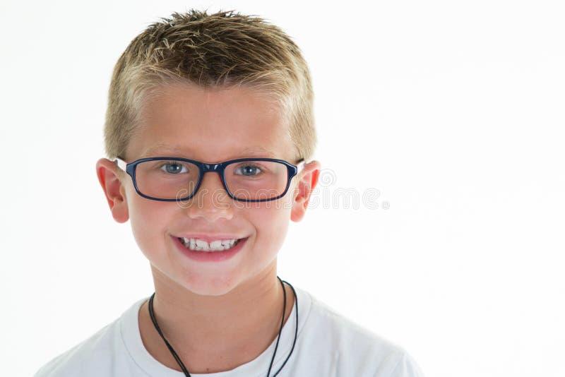 Retrato novo da criança do menino dos vidros no fundo branco imagem de stock royalty free