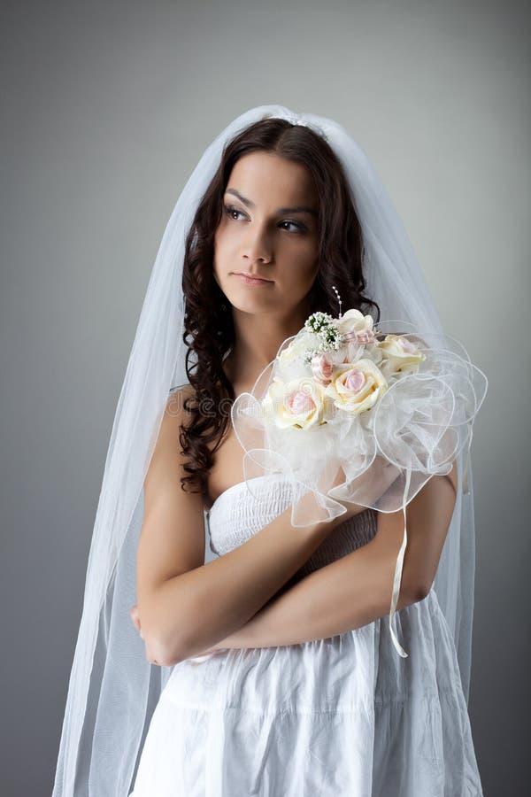 Retrato novo da noiva da beleza com grupo de flores fotografia de stock royalty free