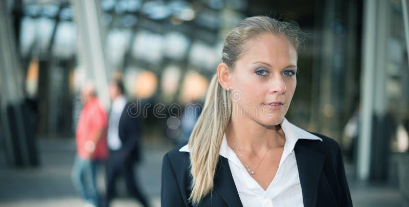 Retrato novo de sorriso da mulher de negócio fotografia de stock royalty free