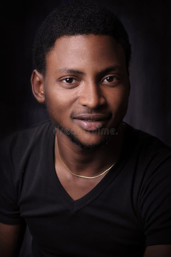 Retrato novo do homem do americano africano fotos de stock