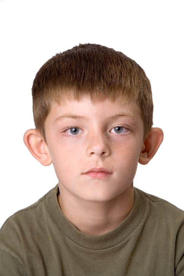 Retrato novo do menino que não sorri fotografia de stock