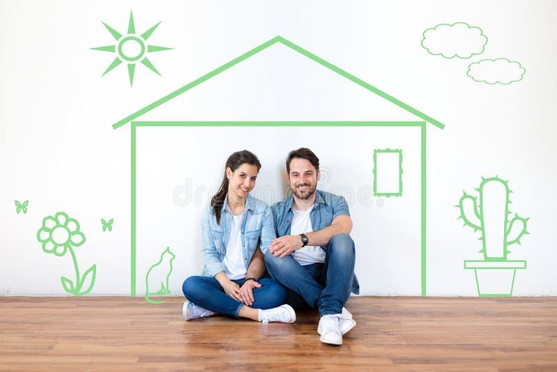 Retrato novo dos pares da hipoteca, do alojamento e do conceito dos bens imobiliários fotografia de stock