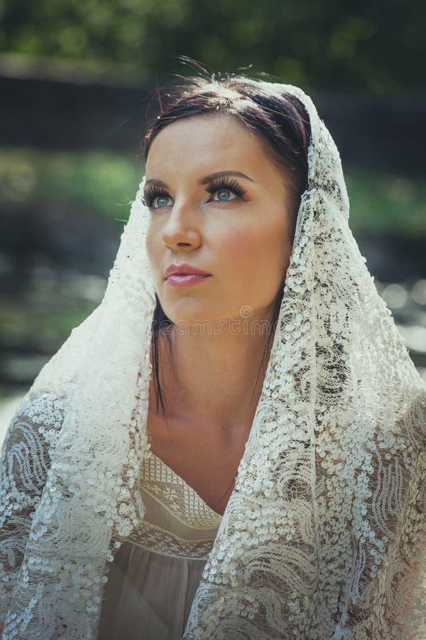 Retrato nupcial de la mujer hermosa de los ojos azules con el outd del velo del cordón fotos de archivo