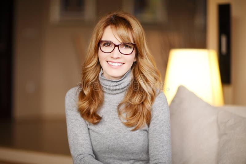 Retrato ocasional da mulher de negócio fotografia de stock