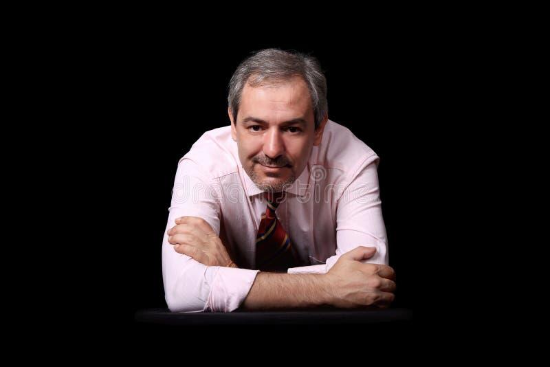 Retrato ocasional do homem de negócios sobre o preto fotografia de stock royalty free