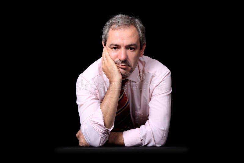 Retrato ocasional do homem de negócios sobre o preto fotografia de stock