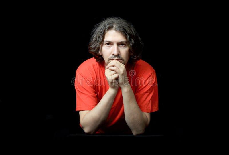 Retrato ocasional do homem sobre o preto fotos de stock royalty free