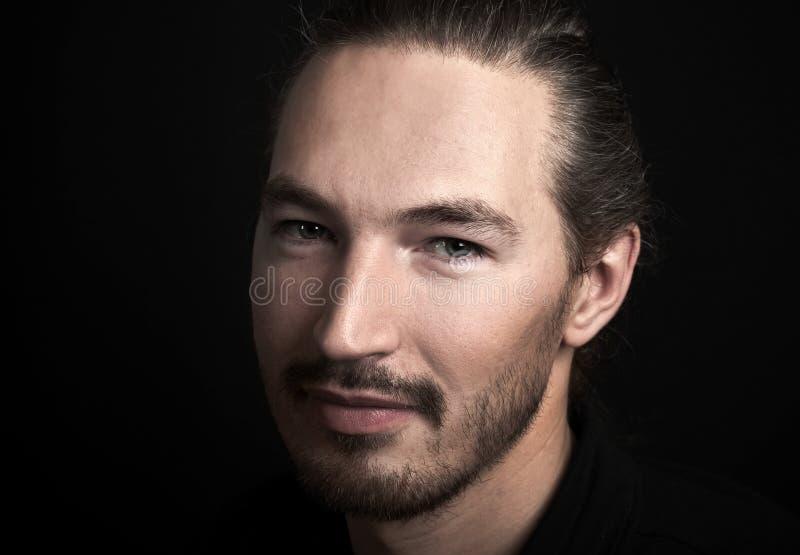 Retrato oriental esperto novo de sorriso do homem foto de stock royalty free