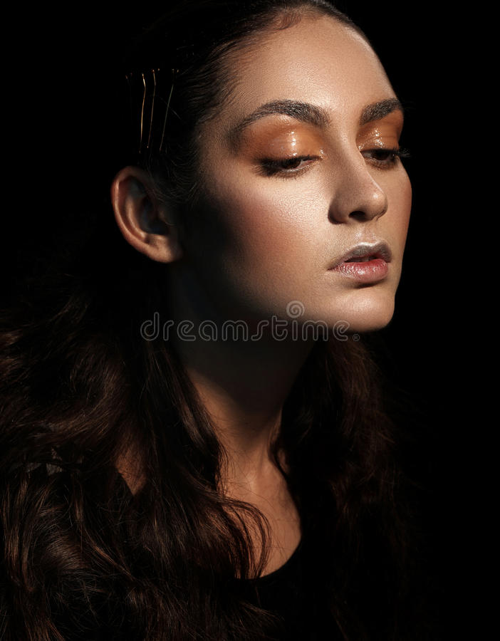 Retrato oscuro de la cara de la mujer del encanto, hembra hermosa en backg negro imagen de archivo libre de regalías