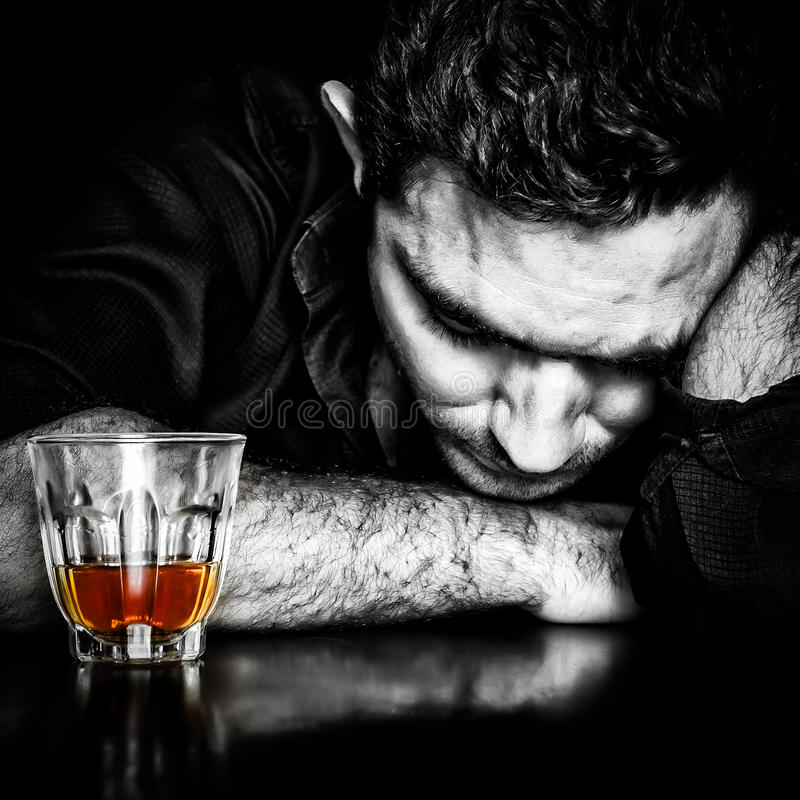 Retrato oscuro de un hombre borracho foto de archivo
