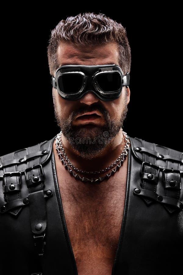 Retrato oscuro de un motorista masculino con las gafas foto de archivo libre de regalías
