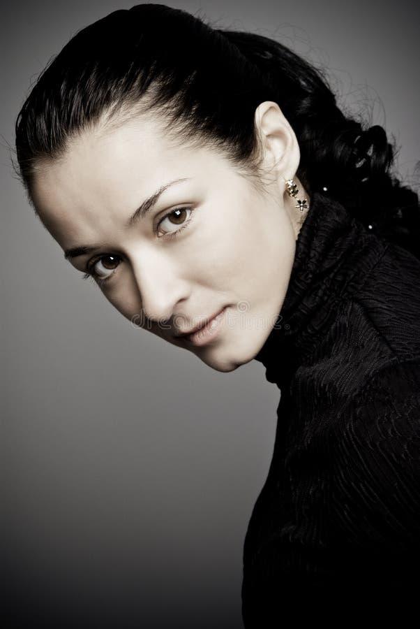 Retrato oscuro del estudio de la mujer hermosa fotos de archivo