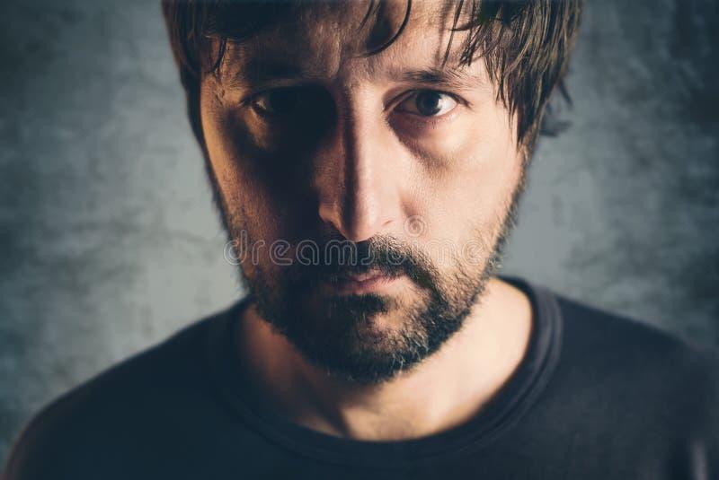 Retrato oscuro dramático del varón adulto fotos de archivo libres de regalías