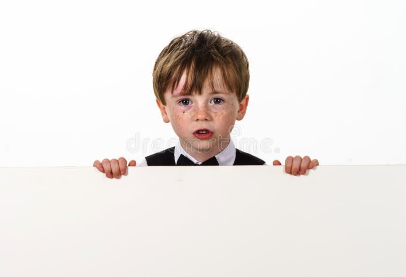 Retrato pecoso del muchacho del rojo-pelo imagenes de archivo