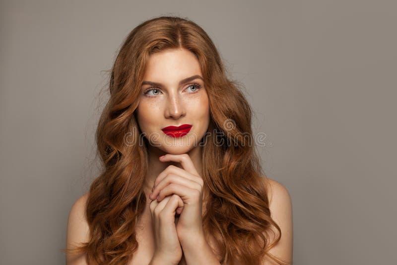 Retrato pelirrojo de la muchacha Mujer linda del pelirrojo con la piel y el pelo sanos naturales fotografía de archivo
