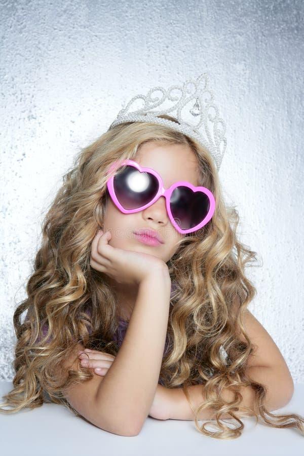 Retrato pequeno da menina da princesa da vítima da forma imagens de stock