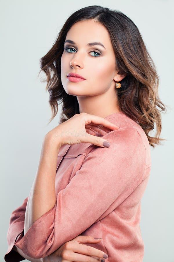 Retrato perfeito da menina do modelo de forma Mulher bonita com composição imagem de stock