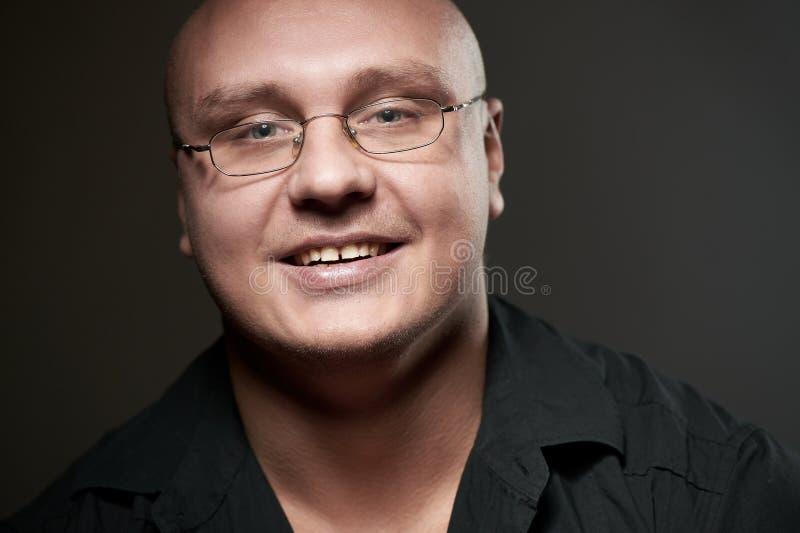Retrato positivo do homem sério nos eyeglasses fotografia de stock
