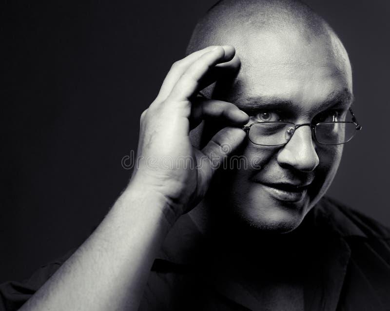 Retrato positivo do homem sério nos eyeglasses foto de stock royalty free