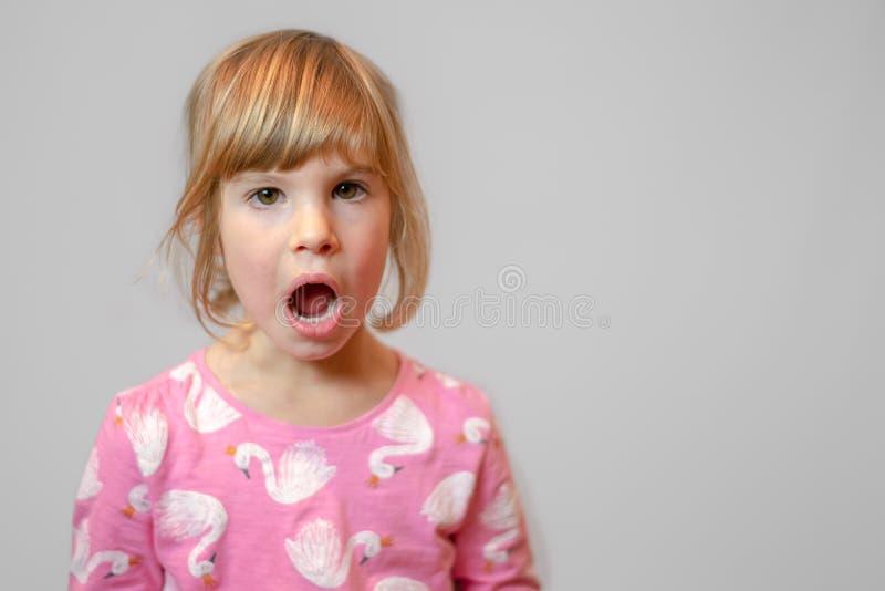 Retrato pré-escolar do estúdio da menina no fundo limpo foto de stock