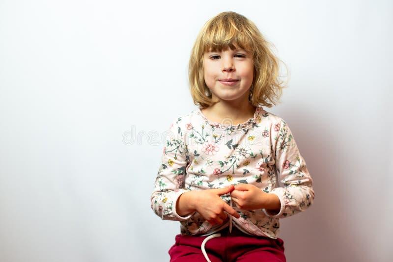 Retrato pré-escolar do estúdio da menina no fundo limpo imagens de stock royalty free