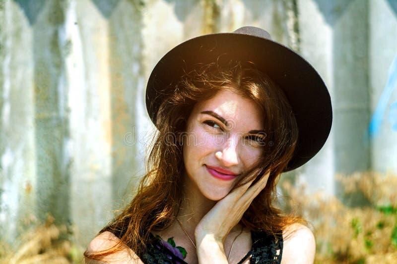 Retrato pr?ximo acima da mulher feliz bonita nova, ver?o fora foto de stock royalty free