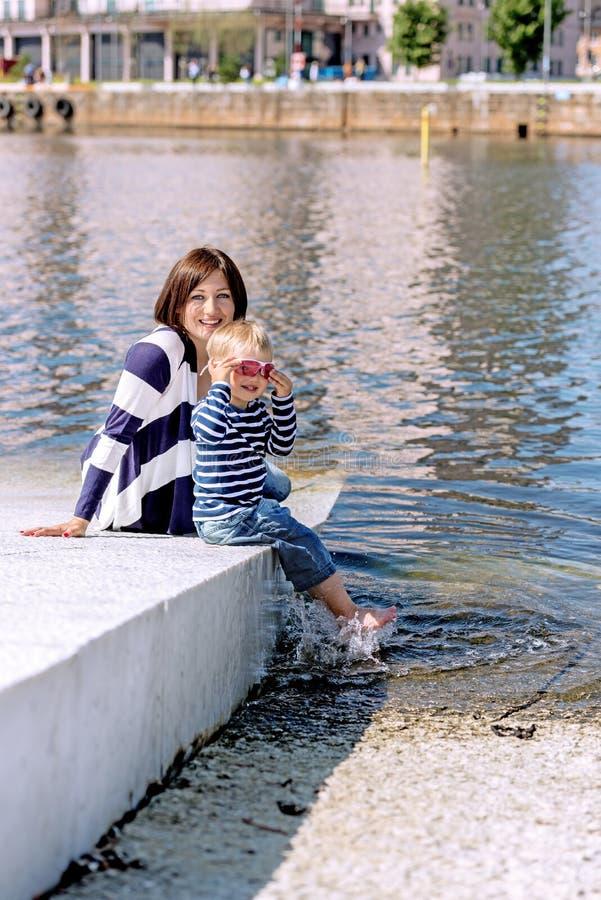 Retrato precioso de jugar al aire libre de la madre y del hijo en orilla fotos de archivo