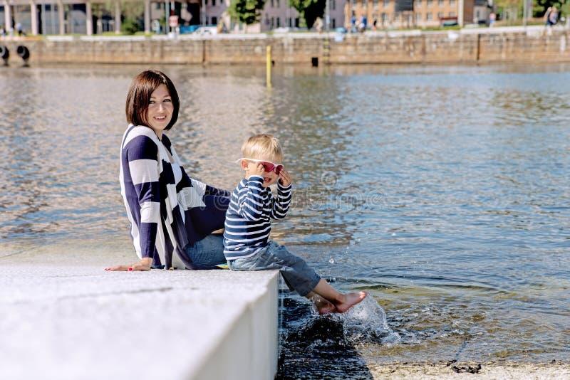 Retrato precioso de jugar al aire libre de la madre y del hijo junto encendido fotografía de archivo libre de regalías