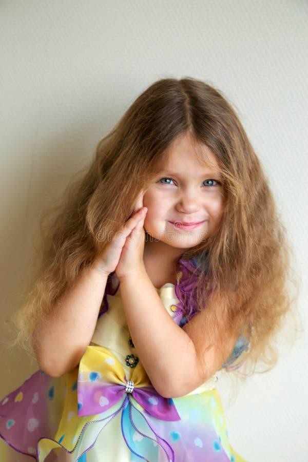 Retrato precioso de una niña fotos de archivo
