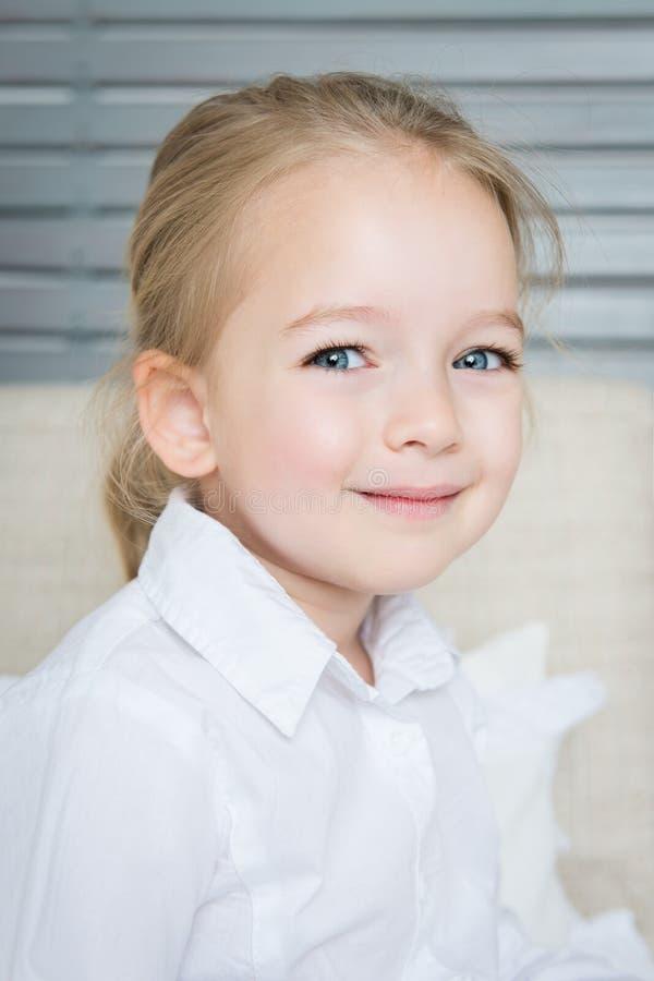 Retrato preescolar rubio adorable de la muchacha, niño sonriente fotografía de archivo libre de regalías