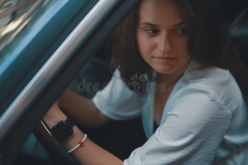Retrato preety da mulher do close-up que guarda as mãos no whe da direção fotografia de stock