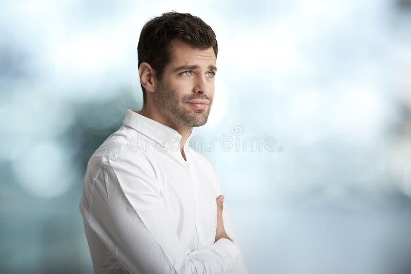 Retrato preocupado do homem novo fotografia de stock royalty free