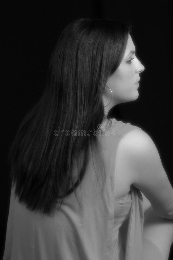 Retrato preto & branco do vestido desgastando da mulher fotografia de stock