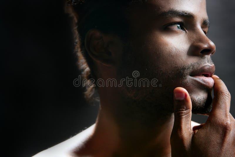 Retrato preto bonito do homem novo de americano africano fotos de stock